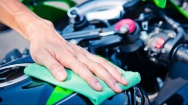 Ilustrasi mencuci motor.