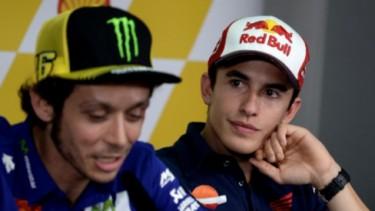 Pembalap MotoGP, Valentino Rossi (kiri) dan Marc Marquez (kanan).