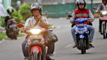 Pengendara motor merokok