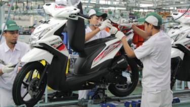 Pabrik Honda tengah merakit skutik Beat.