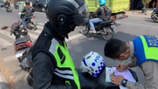 Pengendara ditilang polisi