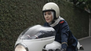 Hijab naik motor.