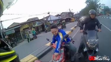 Motovlogger menghadang pengendara lawan arus