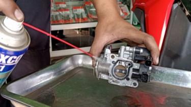 Ilustrasi bersihkan karburator motor