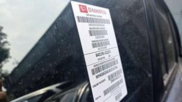 Stiker barcode di mobil baru.