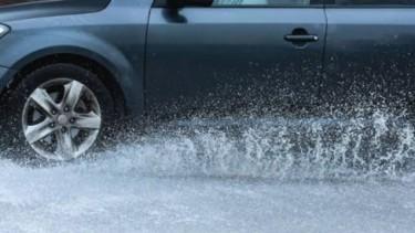 Ban Mobil saat Hujan