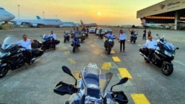 Direksi PT Garuda Indonesia pamer moge di bandara.