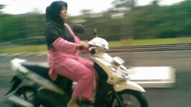 Emak-emak naik motor