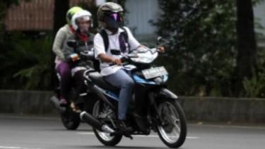 Pelajar Mengendarai Motor
