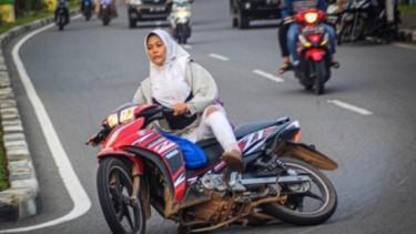 Wanita Berhijab Sliding