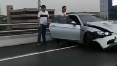 Kecelakaan tunggal mobil BMW di Tol Slipi