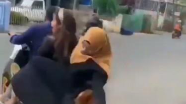 Wanita berhijab jatuh terjungkal diboncengi Yamaha NMAX