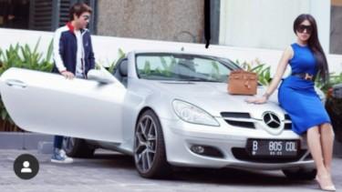 Lucinta Luna dengan Mercedes-Benz SLK 200