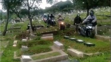 Naik motor lewat kuburan