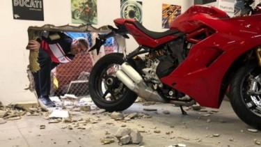Pencuri motor Ducati nekat bobol tembok