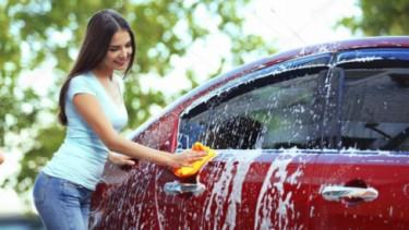 Ilustrasi mencuci mobil di rumah