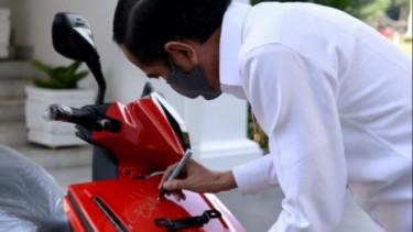 Tanda tangan Jokowi di motor gesits