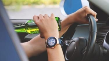 Ilustrasi Menteri yang mengendarai mobil saat mabuk