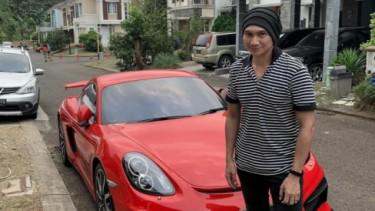 Anji bersama Porsche Cayman miliknya