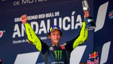 Valentino Rossi naik podium di MotoGP Andalusia