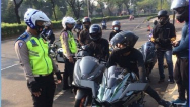Polisi tilang sepeda motor