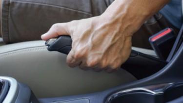 Rem tangan versi konvensional di mobil