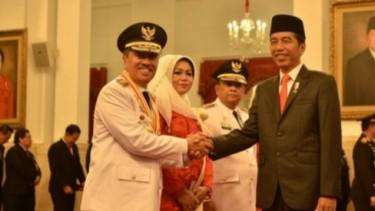 Bupati Siak, Alfedri bersama istri dan Presiden Jokowi