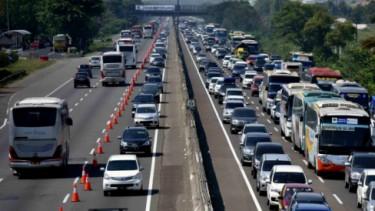 Tol Jakarta-Cikampek macet contraflow
