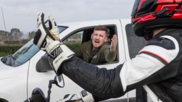 Ilustrasi pengendara motor dan mobil adu bacot