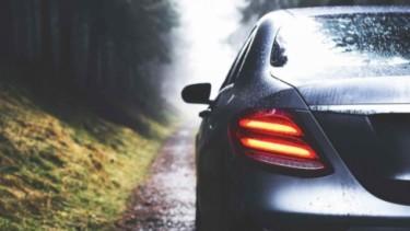 Ilustrasi mobil musim hujan