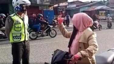 Emak-emak Bikin Polisi Menganggukan Kepala