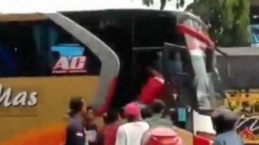 Sopir bus dihakimi massa