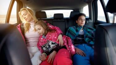 Penumpang tidur di mobil.