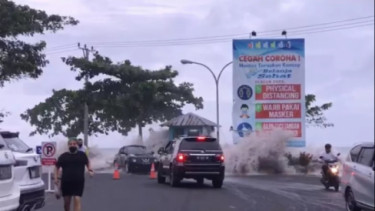 Mobil diterjang luapan air laut di Manado