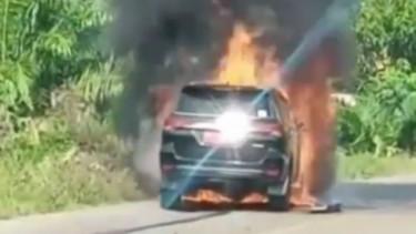Toyota Fortuner terbakar