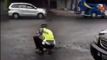 Viral Polisi Perbaiki Jalan. Foto: Twitter/@eko_kuntadhi.