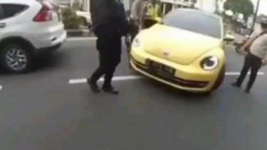 Mobil kodok tabrak polisi