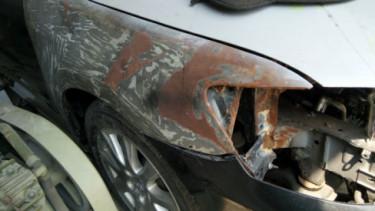 Mobil berkarat di bengkel repair bodi